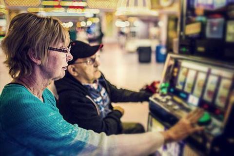 les seniors jouent en ligne